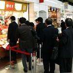 551蓬莱 JR新大阪駅中央口店 - 平日16時、出張帰りのオヤジの列列列