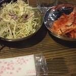 立ち焼きカルビ - サラダ、キムチ