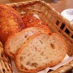 オステリア・ド・イタリア オリーブ - パン・・バケットとチーズ風味のパン。