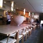 茶房 - 木と花がいっぱいのスッキリした店内
