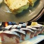 18175751 - 出汁たっぷりの玉子焼きと肉厚な鯖寿司