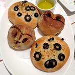 18180676 - CLEMENTIAの自家製パン(ライ麦とレーズンのパンとオリーブのフォカッチャ:320円)
