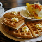 茶房こもん - バターワッフルとサラダ