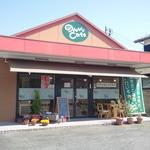 のんびりCafe  - お店の外観です。中央フードの手前にあります。