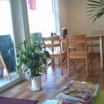のんびりCafe  - 綺麗な店内です。椅子の座面が回転式のものもあるので腰を動かすのに楽です。