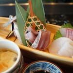すし処 絲魚 - 鯵活け造りと、カンパチ、貝柱、鱸の刺身と鰆の炙り