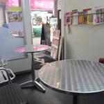 ロサンゼルスダイナー - お店は決して大きな店ではありませんがちゃんと店内でも食べれるイートインのコーナーも準備してあります。