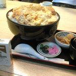 レストハウス舞子 - カツ丼特上・大盛(横から)