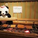 鰻割烹 伊豆栄 - 約100年使用した当店の銅壺・うなぎ焼火鉢代 (1915年~2,010年まで使用) 焼台の中に水を入れると温水になるので、 それで食器類を洗っていたんやて。昔はガス湯沸かし器なんてなかったからなぁ。
