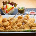PIZZERIA&串BAR くま食堂 - 旬の素材を使った串揚げは常時30種類以上をご用意。1本からご注文いただけます!