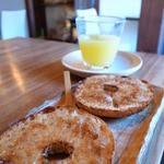 hidamari - 料理写真:きな粉のベーグルとリンゴジュース