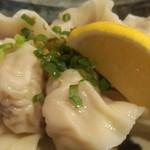 大鳳餃子 - 茹で上げ水餃子(5個450円)。