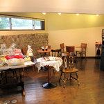 ニュードラゴン - イートインスペースと、コーヒーサーバー