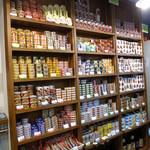 えき缶酒場 黄金町店 - 店内には、売りとしている大量の缶詰が!!