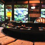 割烹 天ぷら 三太郎 - 料理写真:庭園を眺めながらお食事を楽しめる天ぷらカウンターは海外の方にも人気です