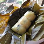 バーン・カノン・タイ - バナナの葉の中にもち米、その中にはさらにバナナ!