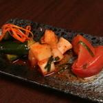 くろつら亭 - トマト・カクテキ・キュウリのキムチが入った「キムチ三種」も人気♪箸休めにどうぞ!