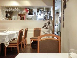 ラ・パスタイオーネ - 店内のテーブル席の風景です