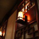 18215531 - 店内の照明はこんな感じ。少し薄暗いですが、良い雰囲気です^^