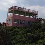 18217356 - 海岸から見上げたお店の建物。屋上が展望台です。