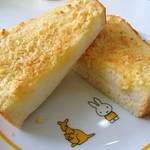 キラキラ - アーモンドバタートースト250円