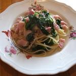 糸島バールSyana - パスタランチの「菜の花とベーコンのパスタ」。単品だと900円。上品なスープ仕立て。旬の美味しさ。
