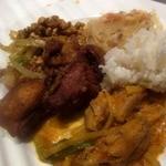 サイアムヘリテイジ東京 - 地鶏挽肉のバジル炒め、唐揚げ、鶏肉と筍のレッドカレー、緑豆春雨のサラダ、ジャスミンライス