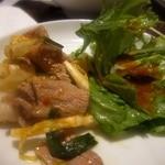 サイアムヘリテイジ東京 - 豚肉のスパイシーサラダ、無農薬野菜のサラダ トムヤムドレッシング