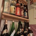 蒸し料理酒場 湯気ちょこっと - 店内には焼酎ビンが並ぶ。。。