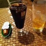 タイレストラン ブアールアン - セットのアイスコーヒーとお冷代わりのタイのお茶(バイトゥーイ茶)