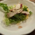 ビストロ猫 - パプリカが色鮮やかに鶏肉のスライスがのったサラダです☆*アーモンドスライスの食感と香ばしさが良いアクセント♪