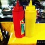 18234050 - 辛いドロソース(赤)と普通のソース