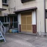 吉川鮮魚店 - 裏側、入り口