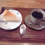 カフェ モナミ - (ベイクド)チーズケーキとコーヒー
