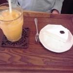 カフェ モナミ - レアチーズケーキとオレンジジュース