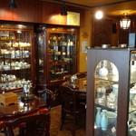 華泰茶荘 - 2階は、茶器の販売とテーブル席