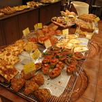 18246911 - 種類豊富なパンの数々