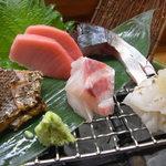 18247071 - 全部ぷりっぷりで美味しかったけど、右端の穴子のお刺身には驚きました。ちゃんと食べやすくうまく切れ目が入ってる。神奈川じゃなかなかお目にかかれません。