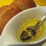 カプリ - 自家製パン(オリーブオイル、黒胡椒と共に)