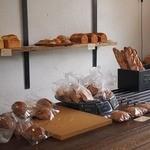 ベーカリータツヤ - レジ後ろに 食パンなど!置かれてます
