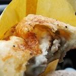 ベーカリータツヤ - 薄いピザ生地で包まれた中にホワイトSと具❤