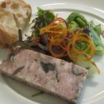 ル・ファースト・フラワー - 前菜 パテ・ド・カンパーニュ、自家製パン、サラダ