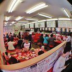ラーメン魁力屋 - 活気ある店内(カウンター13席、小上がり6人×4卓)