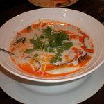 カオマンガイ専門店 Pui - トムカーガイ ナムプリックパオ チリオイル入りチキンのココナッツミルクスープ