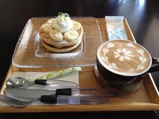 ジャストカフェ - パンケーキ+フラットホワイト