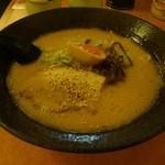 萬楽 塩田屋 - とんこつラーメンのフォルムは美しい