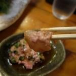 磯料理 天海 - かわはぎ 肝醤油を浸けて食べる