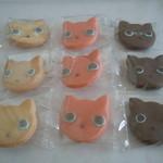 18276772 - ミニ白猫クッキー3枚入り、ミニピンク猫クッキー3枚入り、ミニ黒猫クッキー3枚入り、各315円♪それぞれケースに入ってます♪