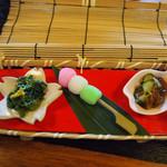 かくれ里 - 前菜/生くらげの酢の物、三色団子、菜の花の辛し和え