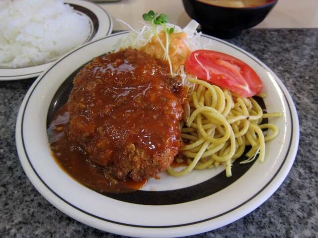 洋庖丁 池袋店 - 特製ミートソース(生野菜添え)メンチカツ